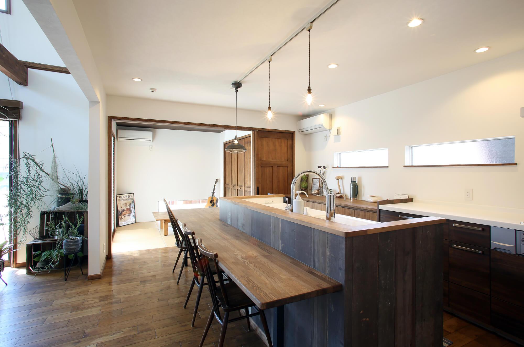 キッチンとつながった長いカフェ風ダイニングテーブル