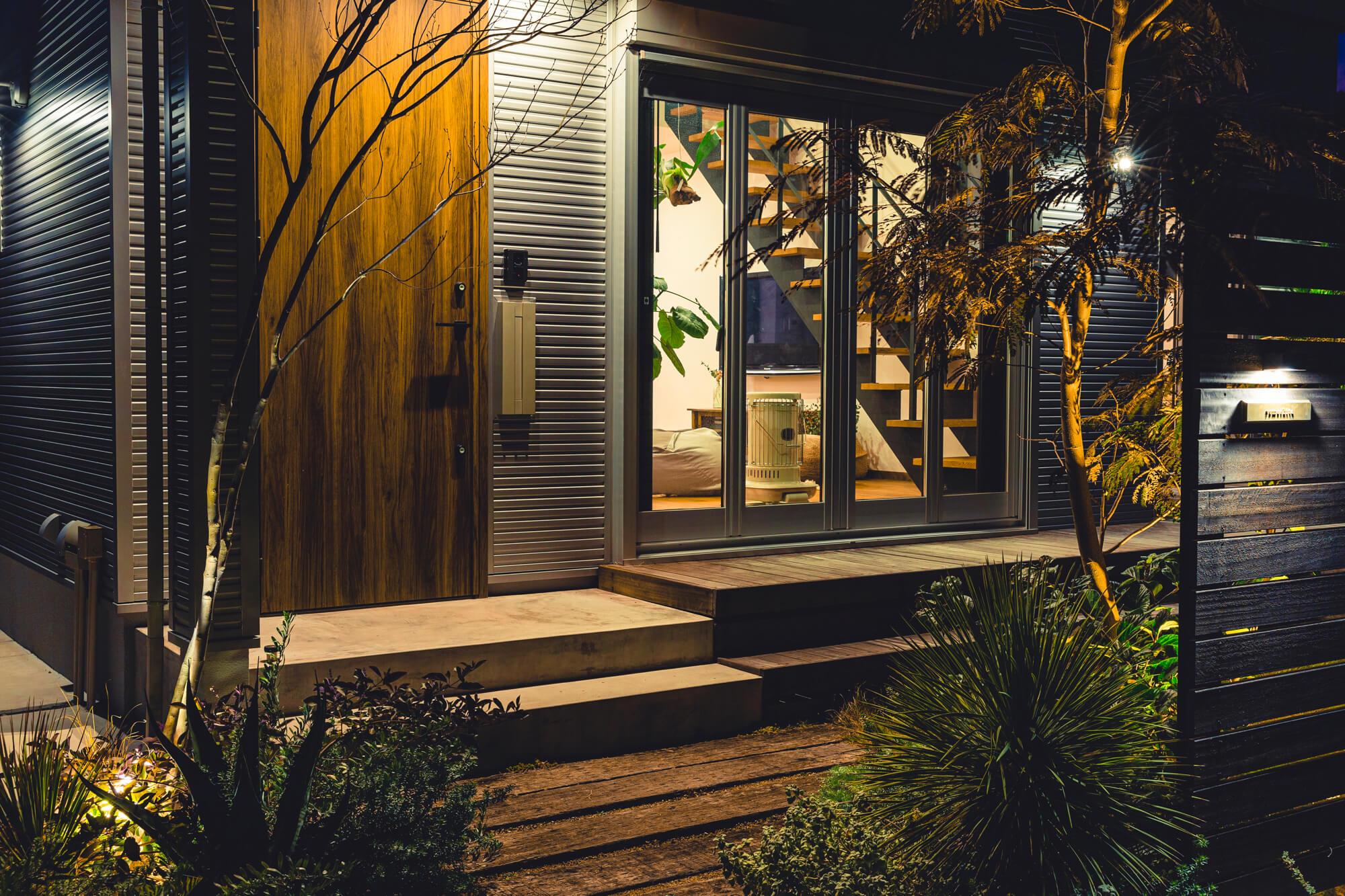 ライトアップで植物も映えるお家