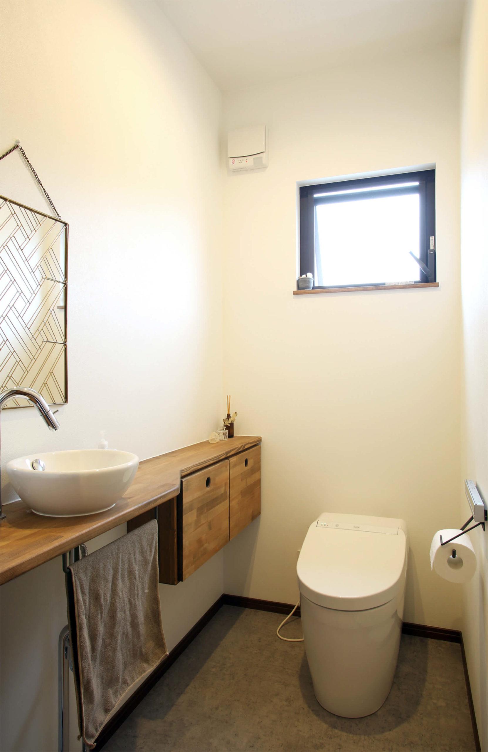 白を基調としたシンプルなトイレ