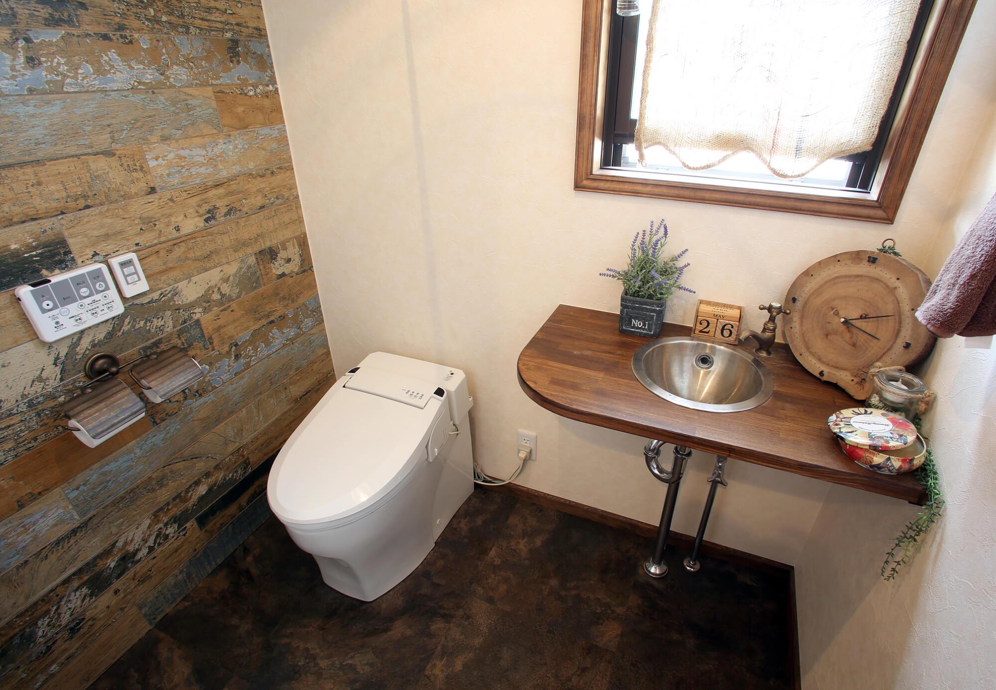 広々としたヴィンテージ感のあるトイレ