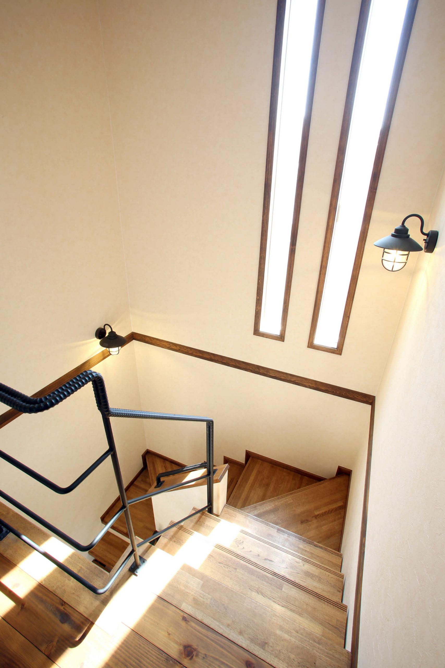 こだわりのアイアンの手すりのある階段